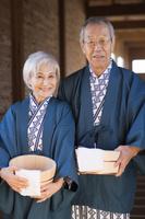 温泉で浴衣と羽織の日本人シニア夫婦