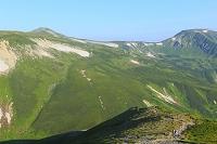 岐阜県 北アルプス樅沢岳より見る双六岳へ続く稜線と登山者
