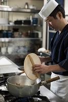落し蓋を持つ調理師
