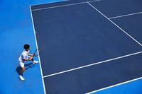 ラケットを構えるテニスプレーヤー