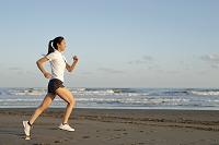 砂浜を走る日本人女の子
