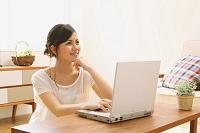 パソコンを見ている日本人女性