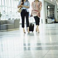 空港を歩く日本人女性