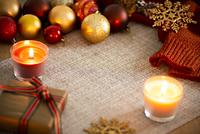 クリスマス小物とキャンドルの背景素材