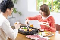 焼肉を食べる20代夫婦