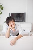 ソファーに座っている日本人男性