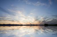 水面に映る朝焼けの空