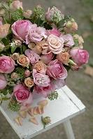 ピンクのバラのフラワーアレンジメント