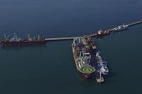 南アフリカ ケープタウン港に停泊中の石油掘削船