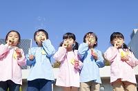 シャボン玉をふく幼稚園児