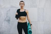スポーツウェアを着た女性