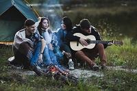 友人とキャンプする若者