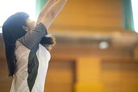 体育館で運動をする女子学生