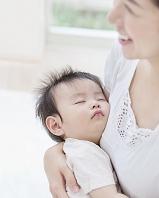 母親の胸元で眠る赤ちゃん