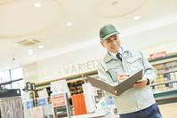 スーパーでマネージャーとして働くシニアの日本人男性(在庫管理)