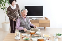 食卓を囲む中高年夫婦