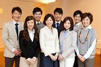 笑顔のビジネスチーム8人