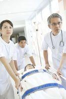 患者を運ぶ看護師と医師