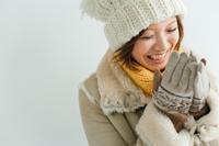 寒そうにしている日本人女性