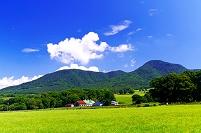 北海道 山並みと牧場の建物