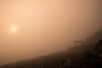 富士山頂 久須志神社で濃霧の中の朝日