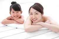泡風呂に入る日本人親子