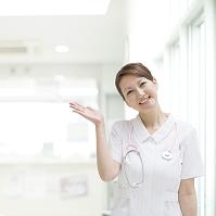手をあげる看護師