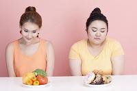 女性と食べ物