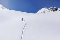 オーストリア 一面の雪道を歩く登山者