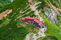 五竜岳山頂直下から見る五竜山荘