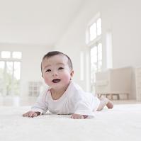 カーペットの上に寝そべる日本人の赤ちゃん