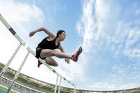 ジャンプするハードル走選手
