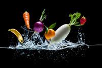 水中より飛び出した野菜