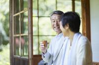 縁側でくつろぐ日本人シニア夫婦