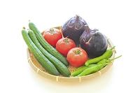 ザルに盛られた水滴のついた夏野菜