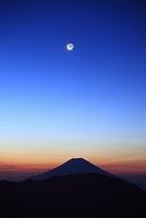 静岡県 茶臼岳 夜明けの富士山と残月
