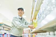 スーパーでマネージャーとして働くシニアの日本人男性(商品補充)