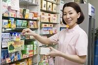 商品棚を整理する日本人女性登録販売者