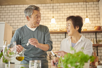 一緒に料理をする日本人シニア夫婦