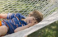 ハンモックに寝転ぶ男の子