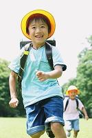 走る日本人の小学生たち