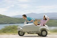 高速スクーターに乗る外国人カップル
