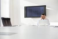 会議室で悩む外国人ビジネスマン