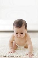 不機嫌な裸の日本人の赤ちゃん