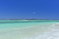 沖縄県 砂浜と伊江島と海