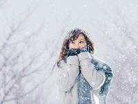 雪の中に立つ日本人女性