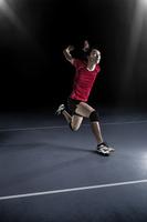 ジャンプをする男子バレーボール選手