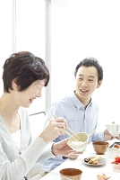食事をする男性と母親