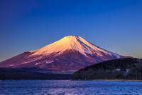 山梨県 朝焼けの富士山と山中湖