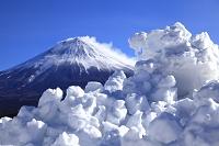 静岡県 雪煙舞う富士山と残雪